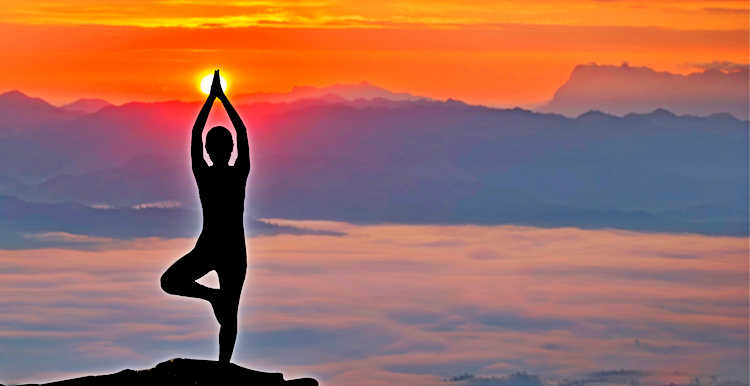 Девушка практикует йогу на фоне гор
