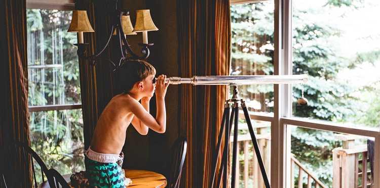 Мальчик наблюдает в подзорную трубу