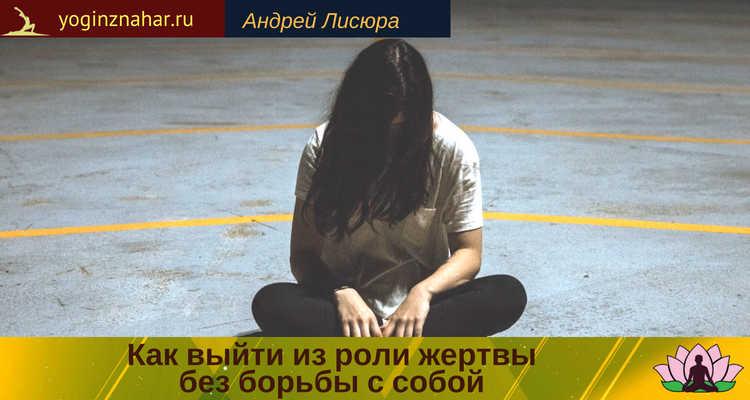 Девушка сидит опустив голову