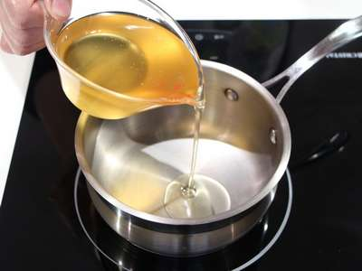 Масло льется в кастрюлю