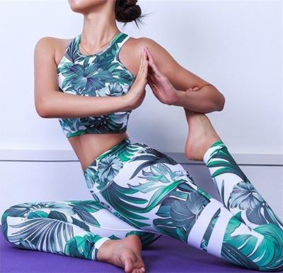 Девушка в одежде для йоги