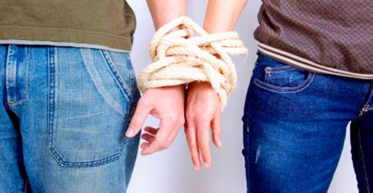 2 человека связанные руками