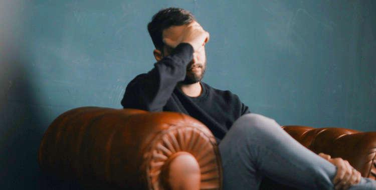 Человек на диване в стрессе