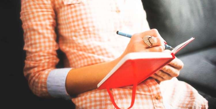 девушку пишет в блокноте